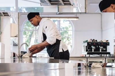 نظافت آشپزخانه و بار کافه و رستوران