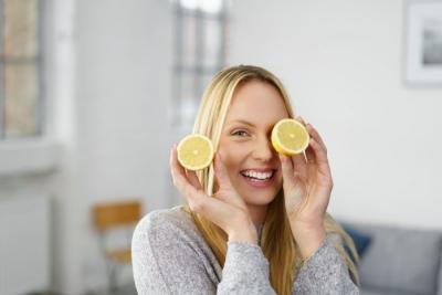 مواردی از فواید نوشیدن آب لیمو تازه در صبح